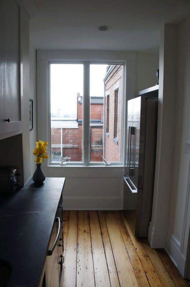 Холодильник на месте плиты у окна