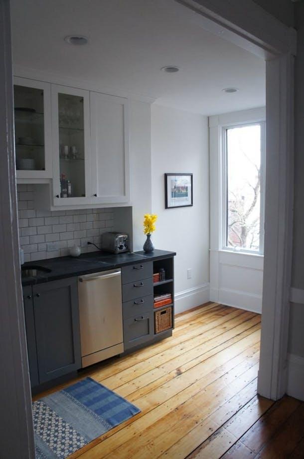 Благодаря новой кладовке кухня выглядит чище и свободней