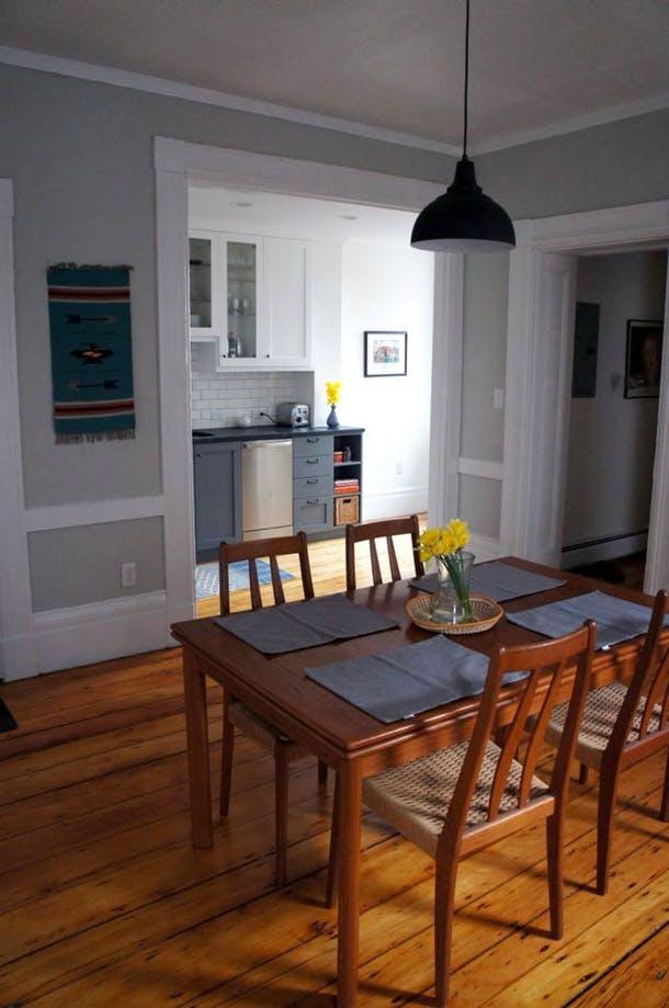 Вид кухни из столовой