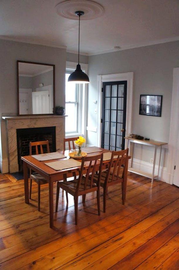 Вид столовой из кухни