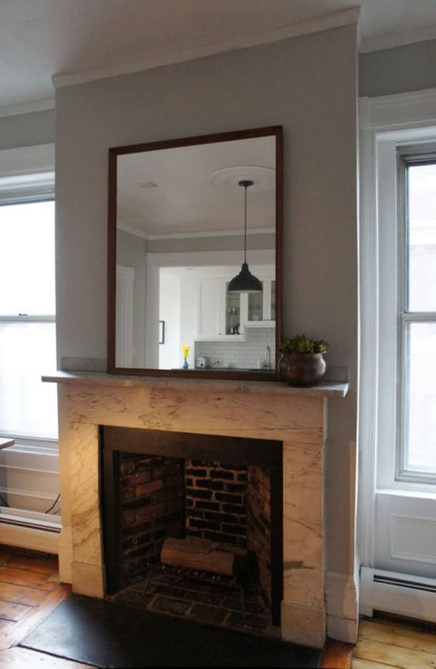 Зеркало над камином в столовой