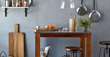 Медная посуда на открытых полках в интерьере кухни