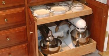 Мелкая кухонная техника на выдвижных полках нижнего ящика