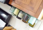 Стеклянные банки для хранения специй в дизайне кухонного гарнитура