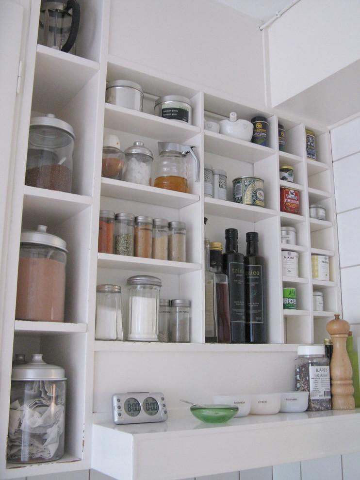 Стеклянные банки для хранения сыпучих продуктов на открытых стеллажах