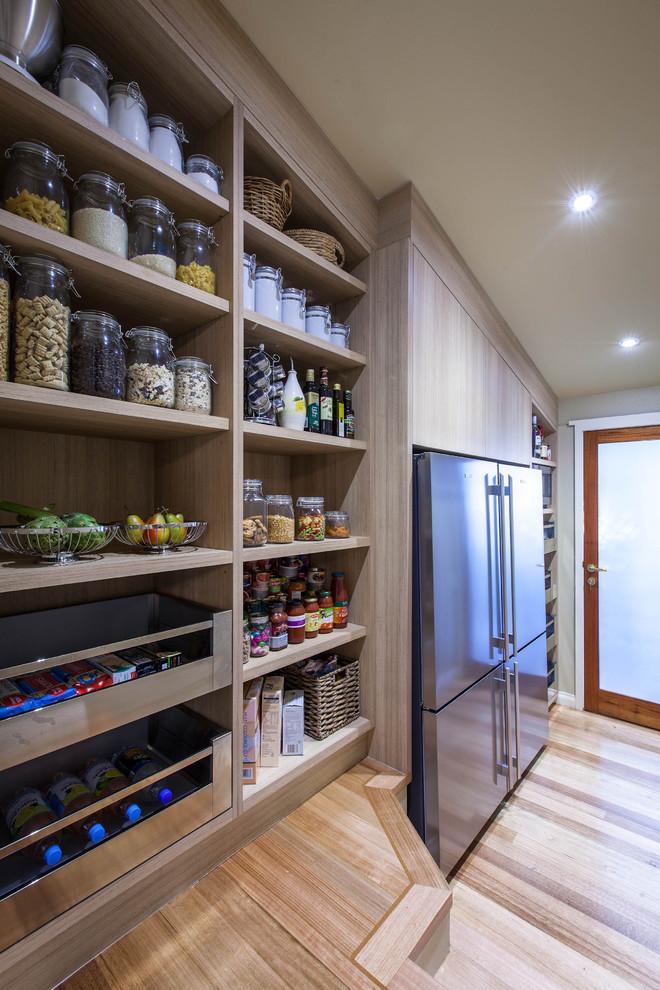 Стеклянные банки для хранения сыпучих продуктов и специй на открытых деревянных полках