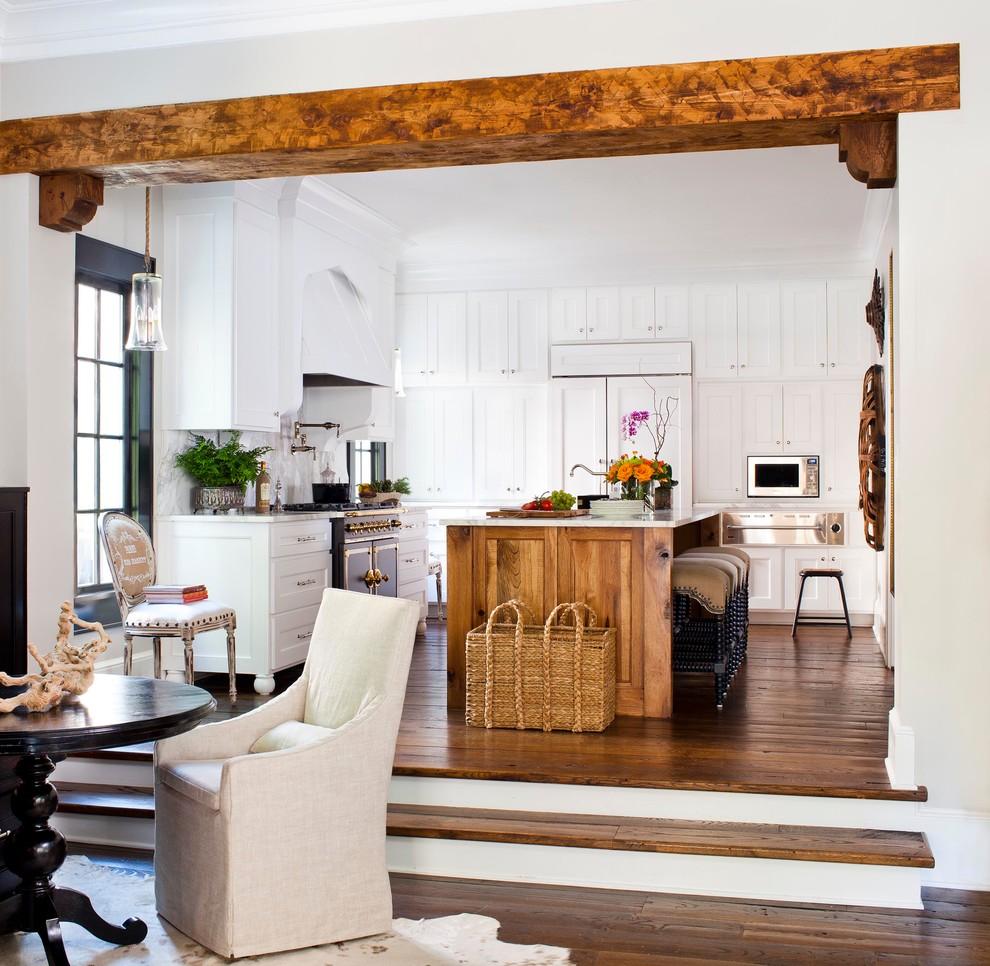 Дизайн кухни в светлых тонах после реконструкции от Terracotta Design Build