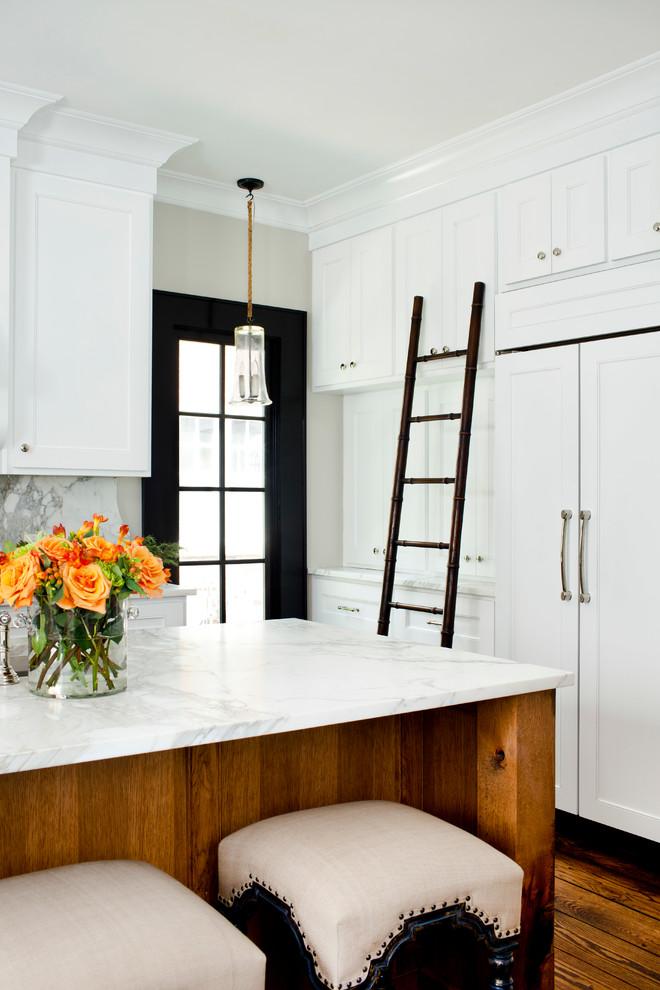 Приставная лестница в ретро-стиле у белых кухонных шкафов до потолка
