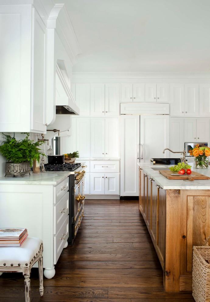 Белоснежные кухонные шекафы в стильном интерьере кухни