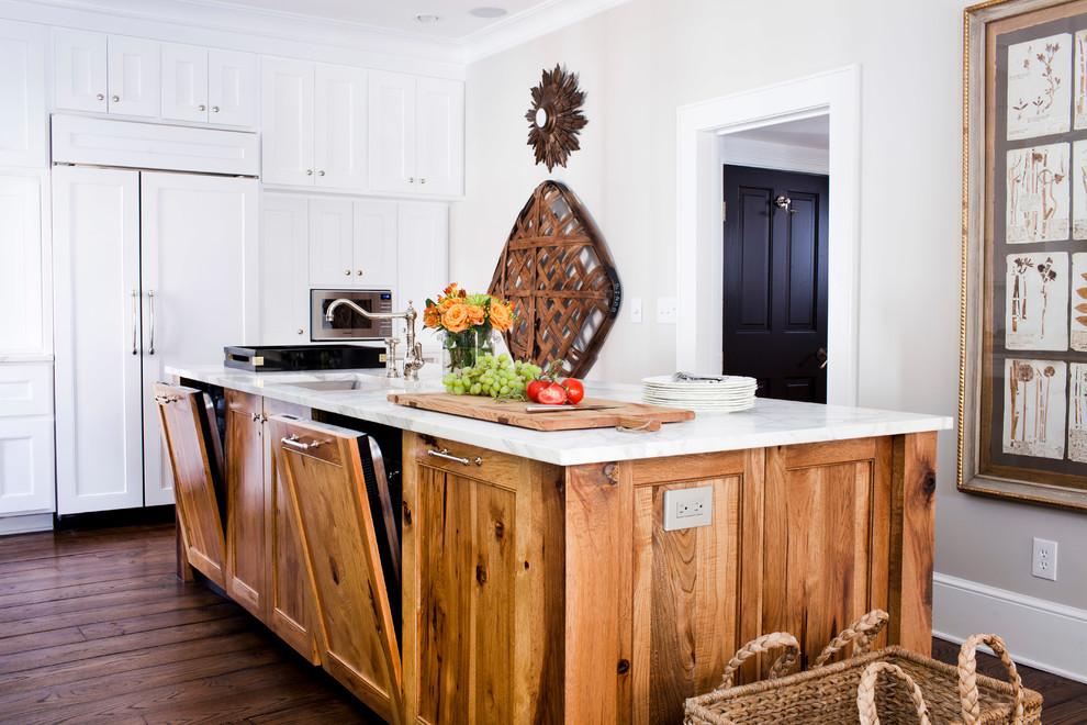 Деревянный кухонный остров с встроенной бытовой техникой и раковиной