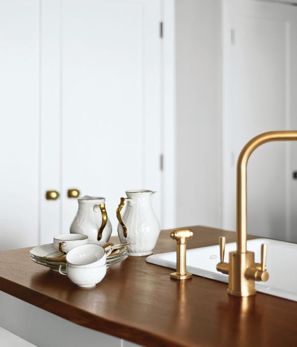 Золотые элементы в интерьере кухни