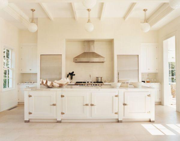 Золотые акценты в интерьере белой кухни