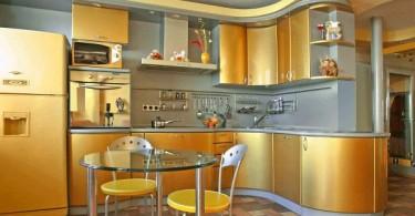 Кухонный гарнитур, наполненный золотым сиянием