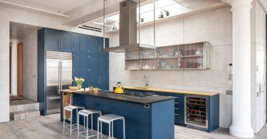 Голубая кухня в светлом интерьере