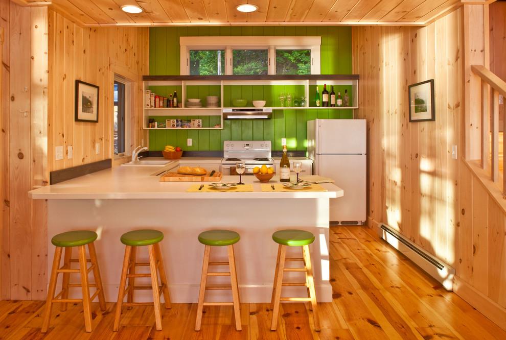 Оригинальный дизайн фартука зелёного цвета в интерьере кухни от Benjamin Moore