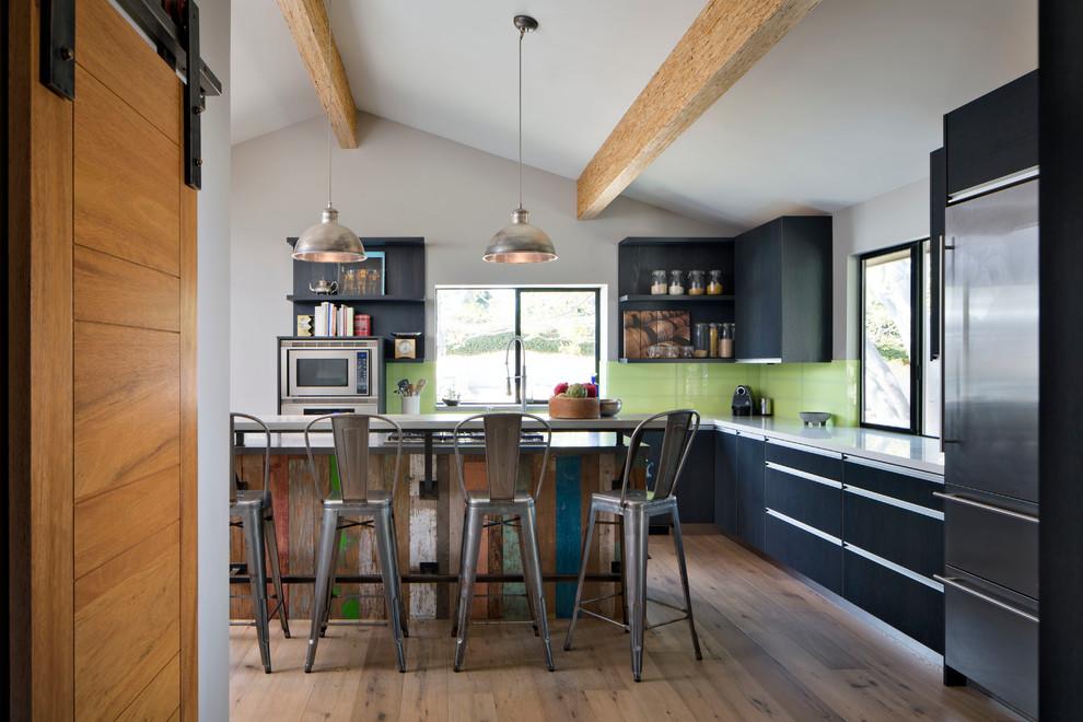 Оригинальный дизайн фартука зелёного цвета в интерьере кухни от Grid Architectural Surfaces and Tile
