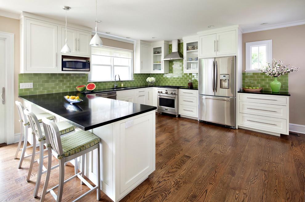 Оригинальный дизайн фартука зелёного цвета в интерьере кухни от Waterworks