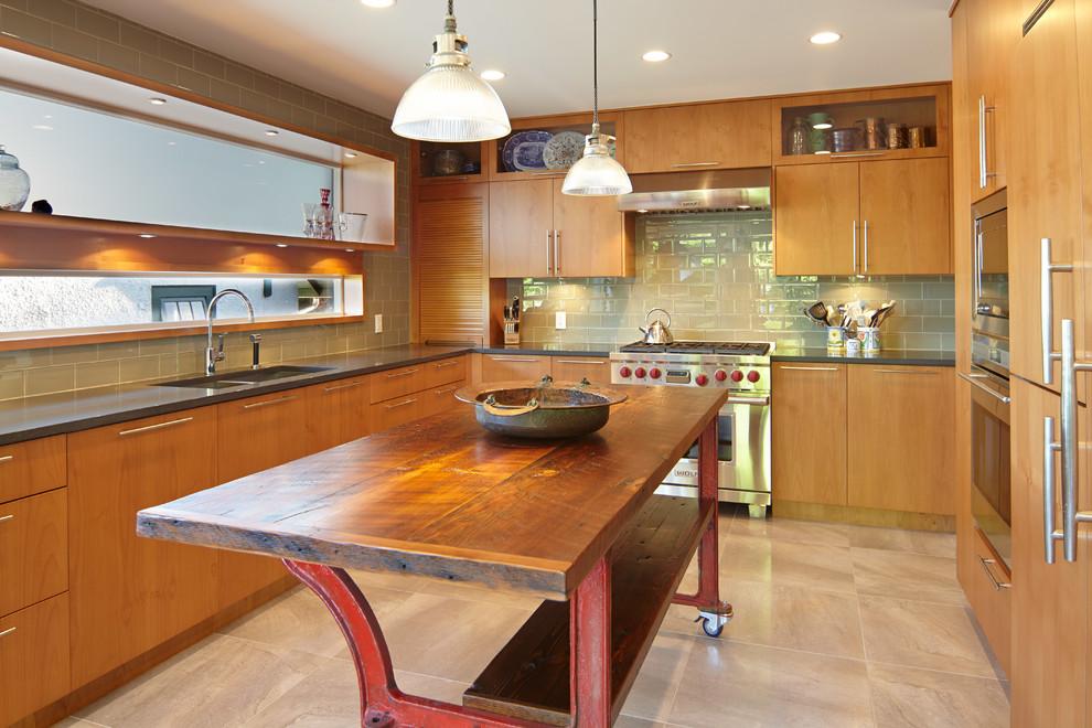 Оригинальный дизайн фартука зелёного цвета в интерьере кухни от Interstyle Ceramic & Glass