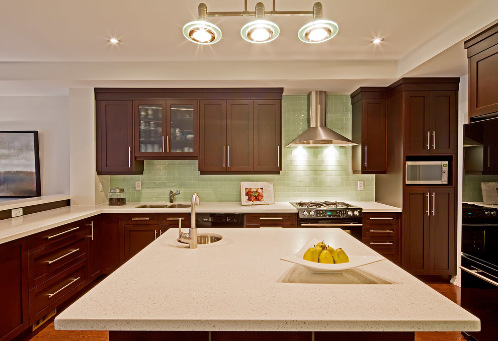 Оригинальный дизайн фартука зелёного цвета в интерьере кухни от Olympia Tile + Stone