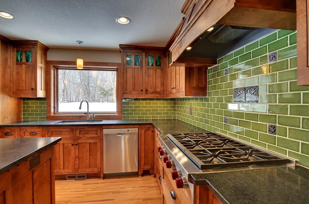 Оригинальный дизайн фартука зелёного цвета в интерьере кухни от Fireclay Tile