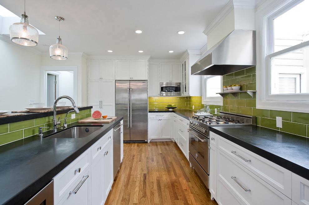 Оригинальный дизайн фартука зелёного цвета в интерьере кухни от Walker Zanger