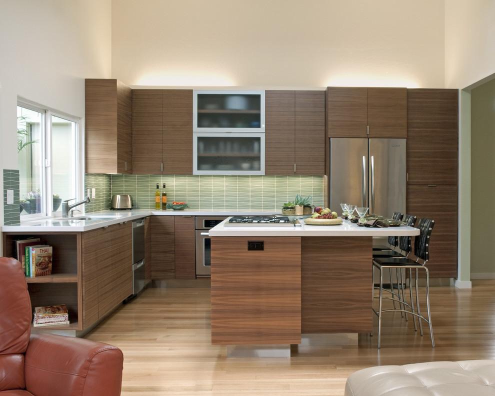 Оригинальный дизайн фартука зелёного цвета в интерьере кухни от Island Stone