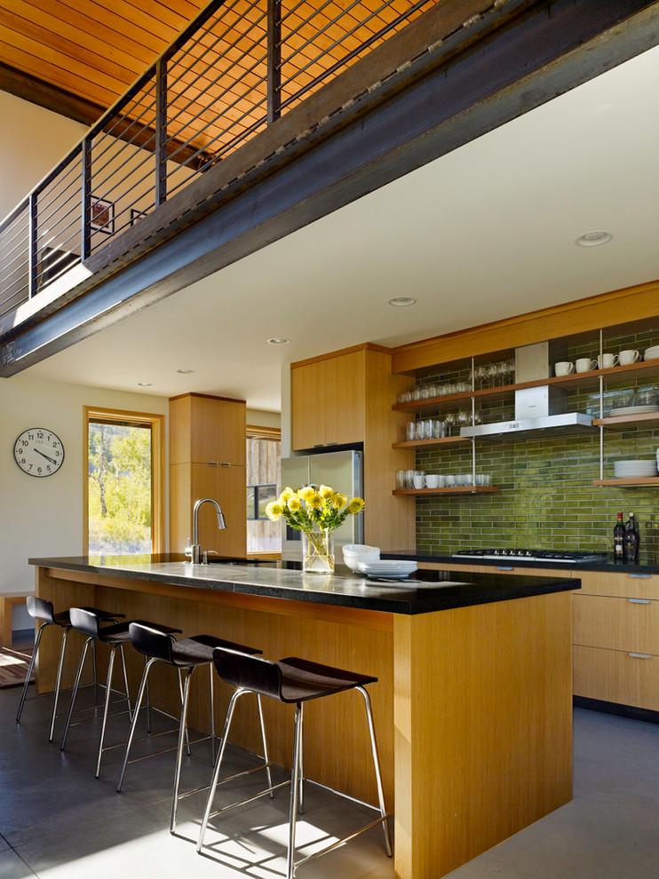 Оригинальный дизайн фартука зелёного цвета в интерьере кухни от Heath Ceramics