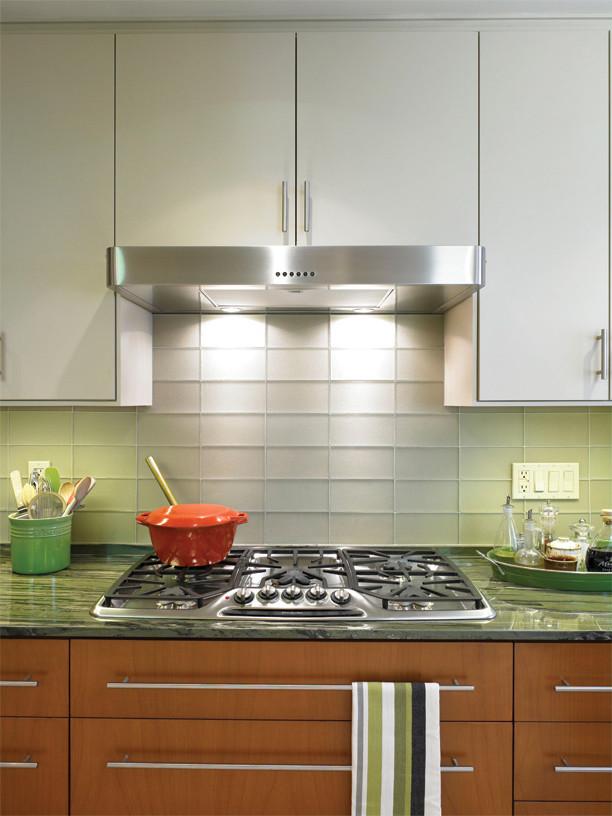 Расположение штепселей группами на кухонном фартуке