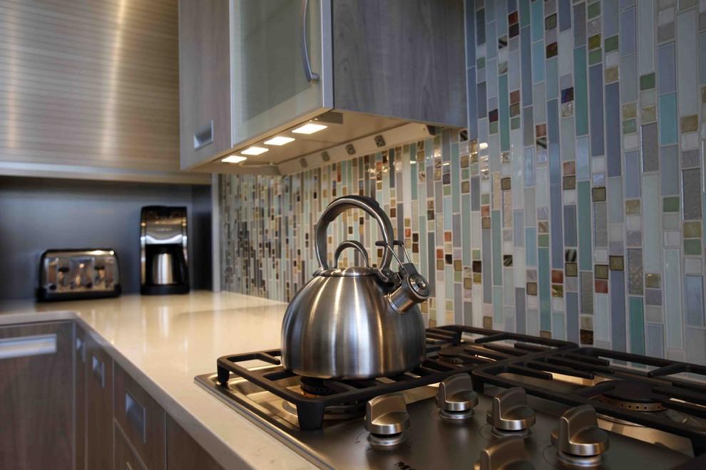 Разноцветная мозаика в оформлении кухонного фартука