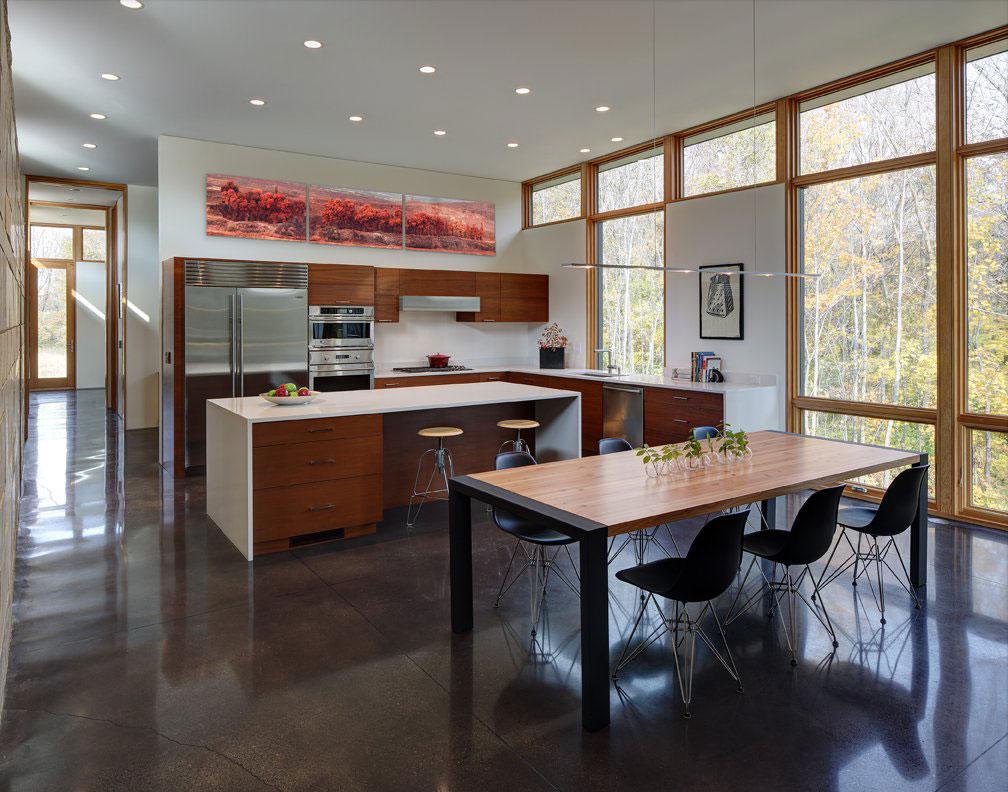 Интерьер кухни с деревянным декором
