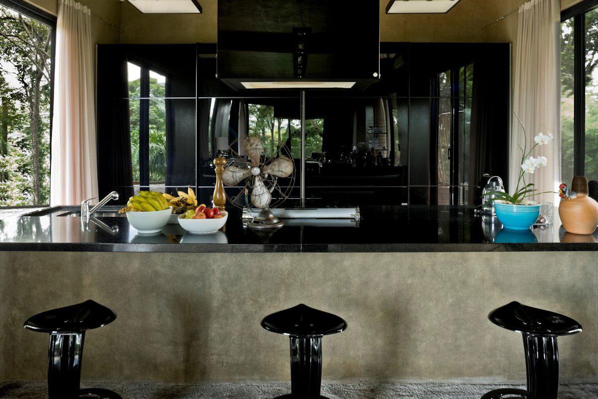 Интерьер кухни с чёрными акцентами