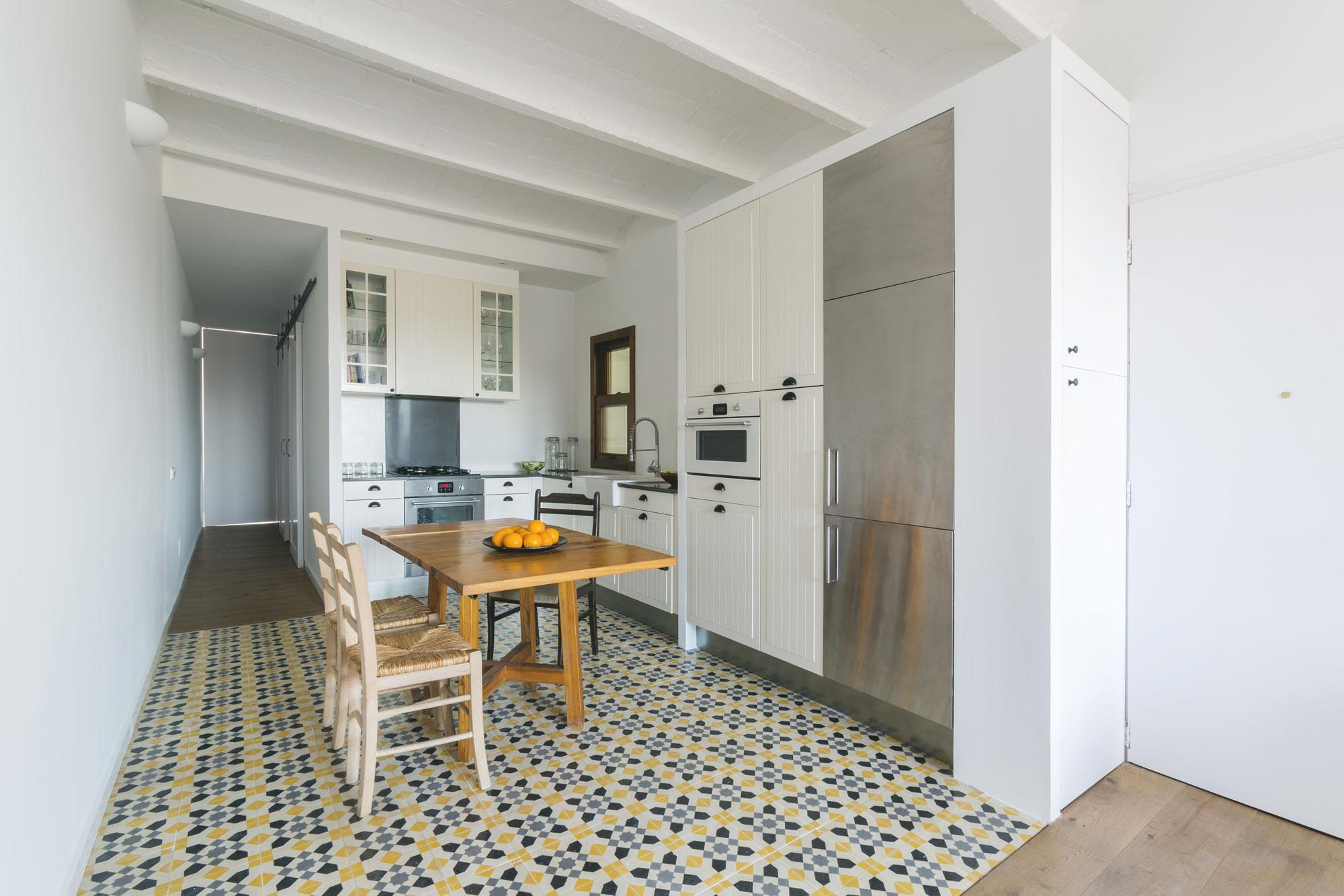 Интерьер стильной белой кухни с деревянной мебелью