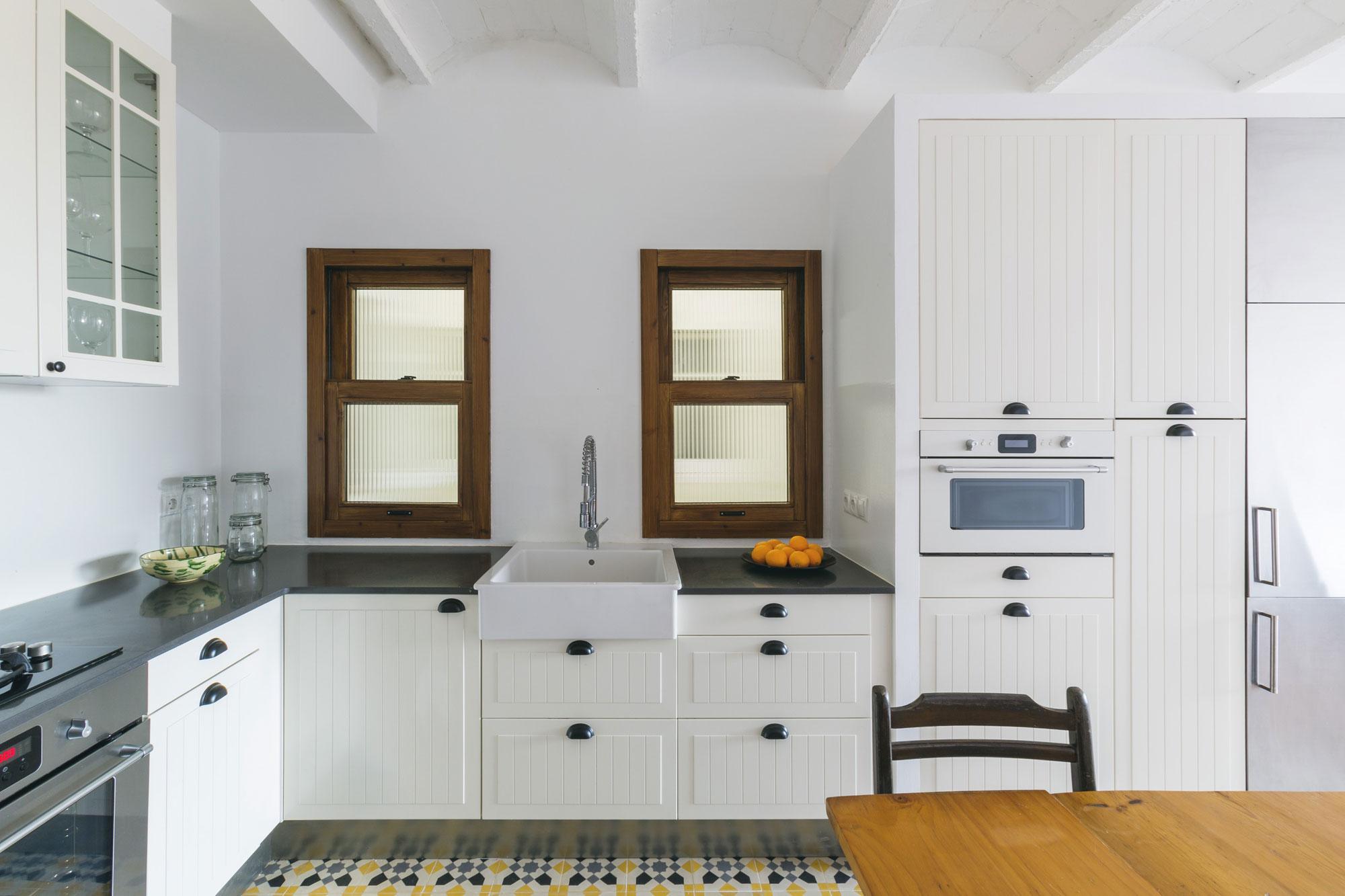 Интерьер стильной белой кухни