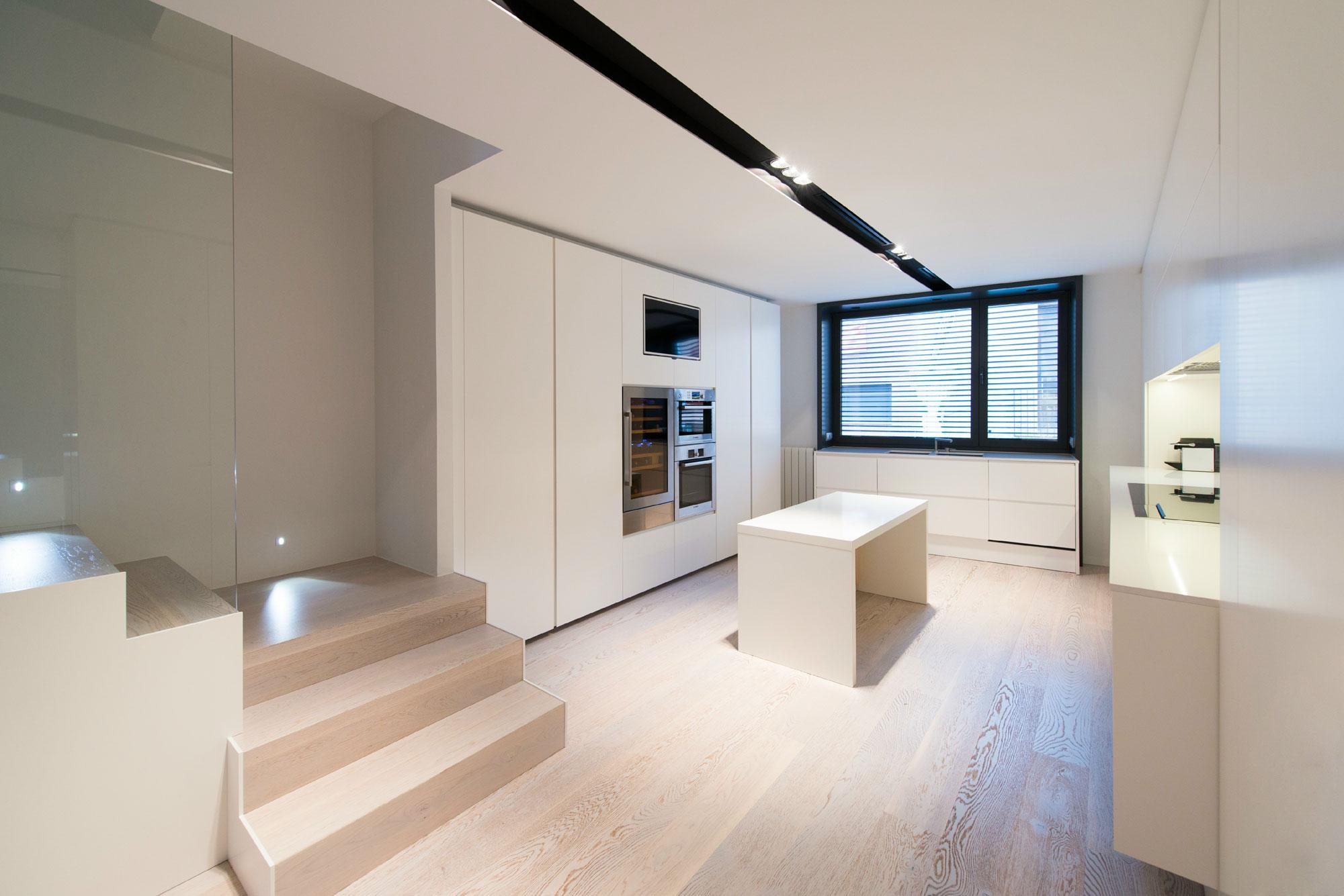 Интерьер островной кухни в стиле минимализм