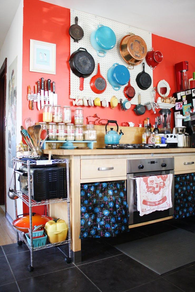 Стена, увешанная кухонной утварью