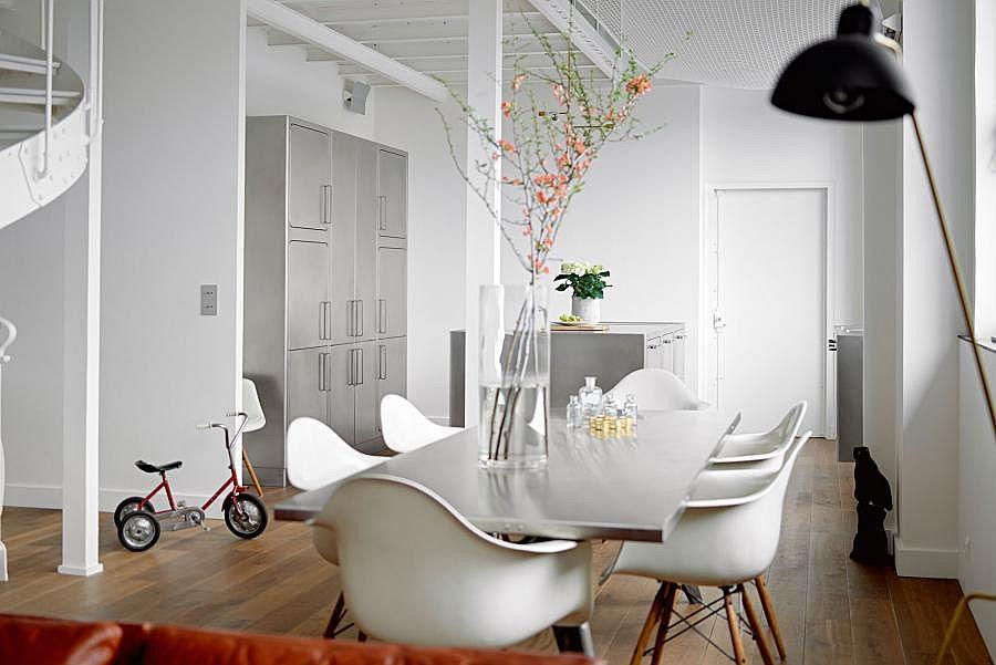 Белые пластиковые стулья в интерьере кухни