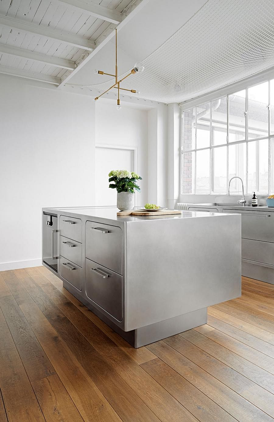 Золотистый светильник в интерьере кухни