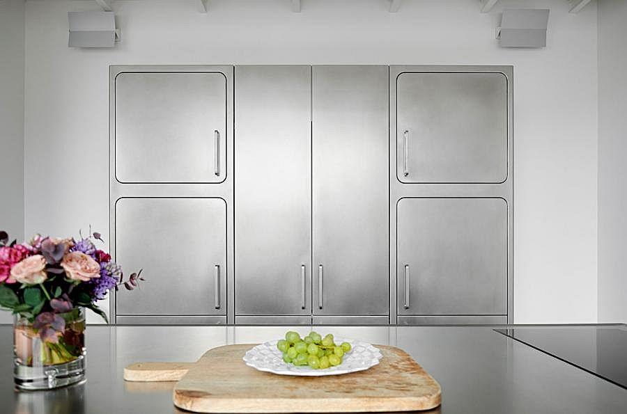 Стальной шкаф в интерьере кухни