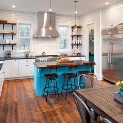 Очень эффектно смотрится броский голубой цвет кухонного острова и цветочных горшков