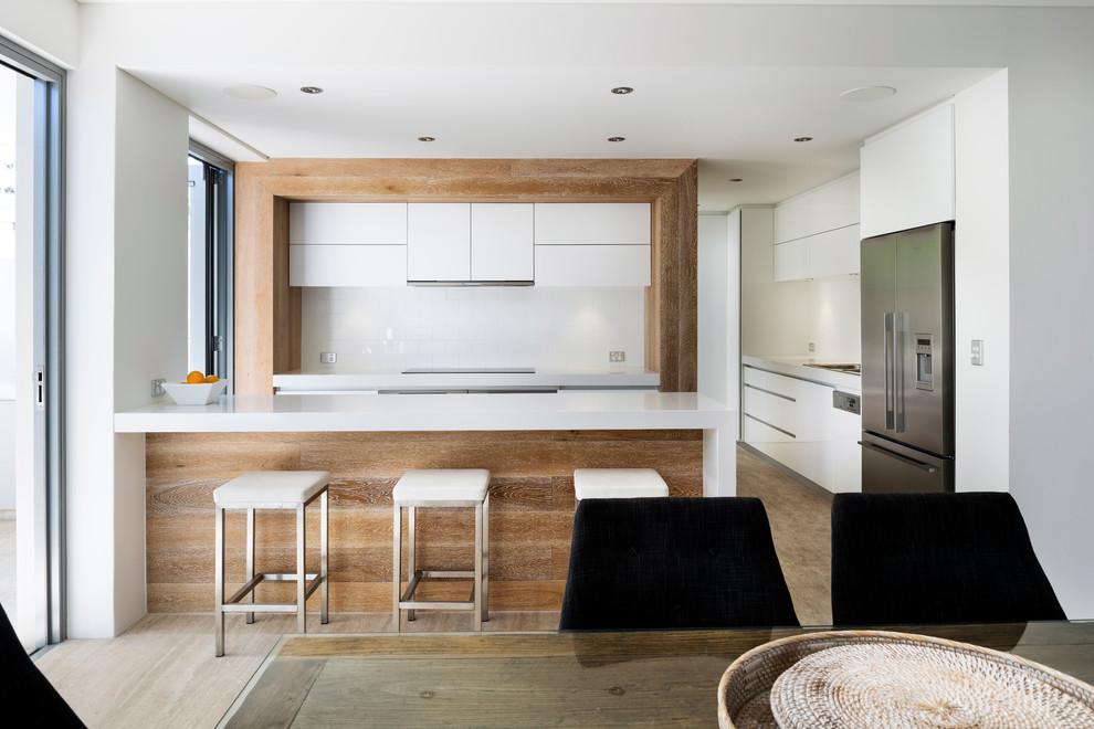 Идеи дизайна кухни - белые барные стулья