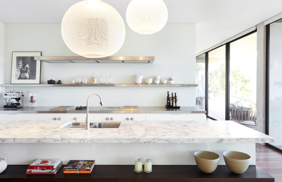 Идеи дизайна кухни - навесные полки из стали