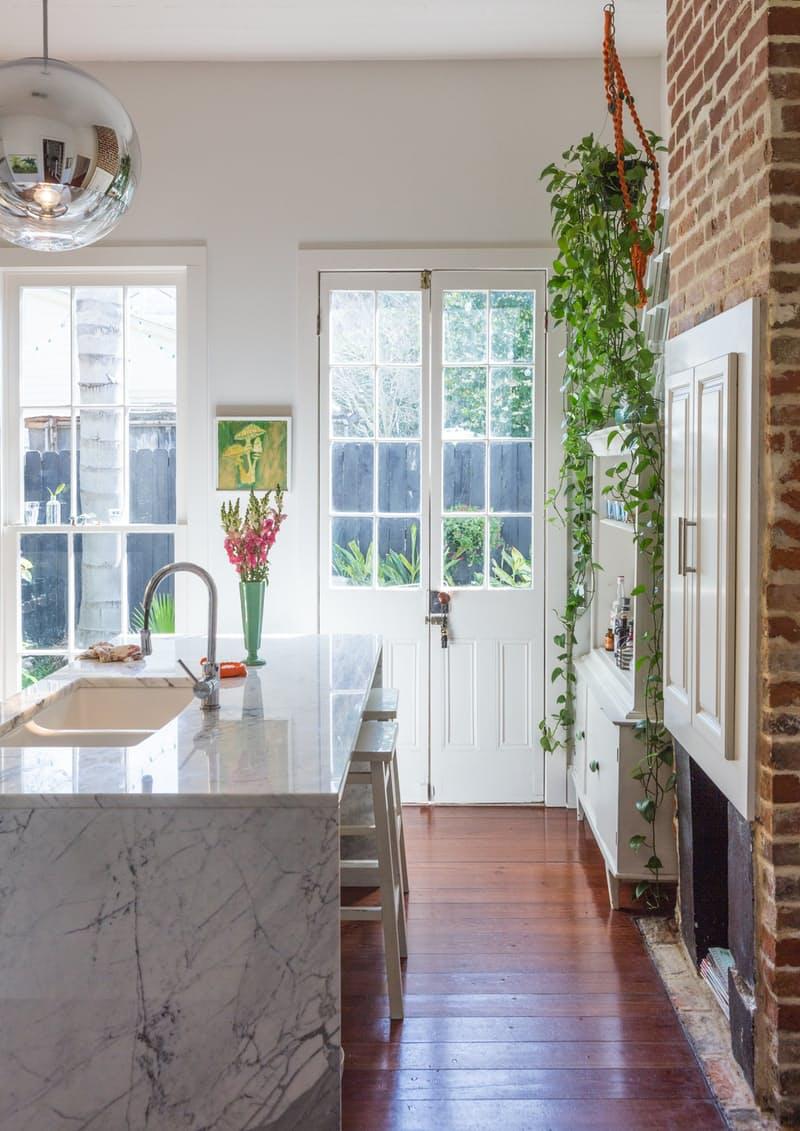 Идеи для оформления кухни: элегантная мраморная столешница с эффектом «водопад»