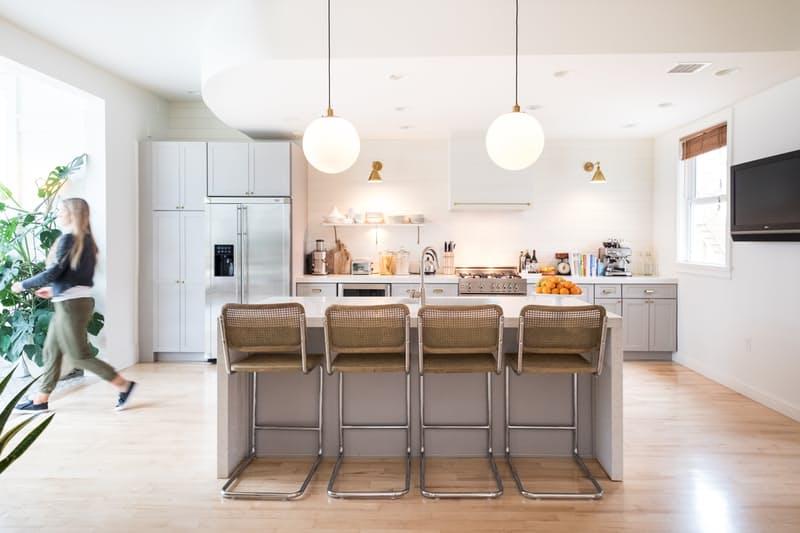 Идеи для оформления кухни: столешница-водопад из мрамора