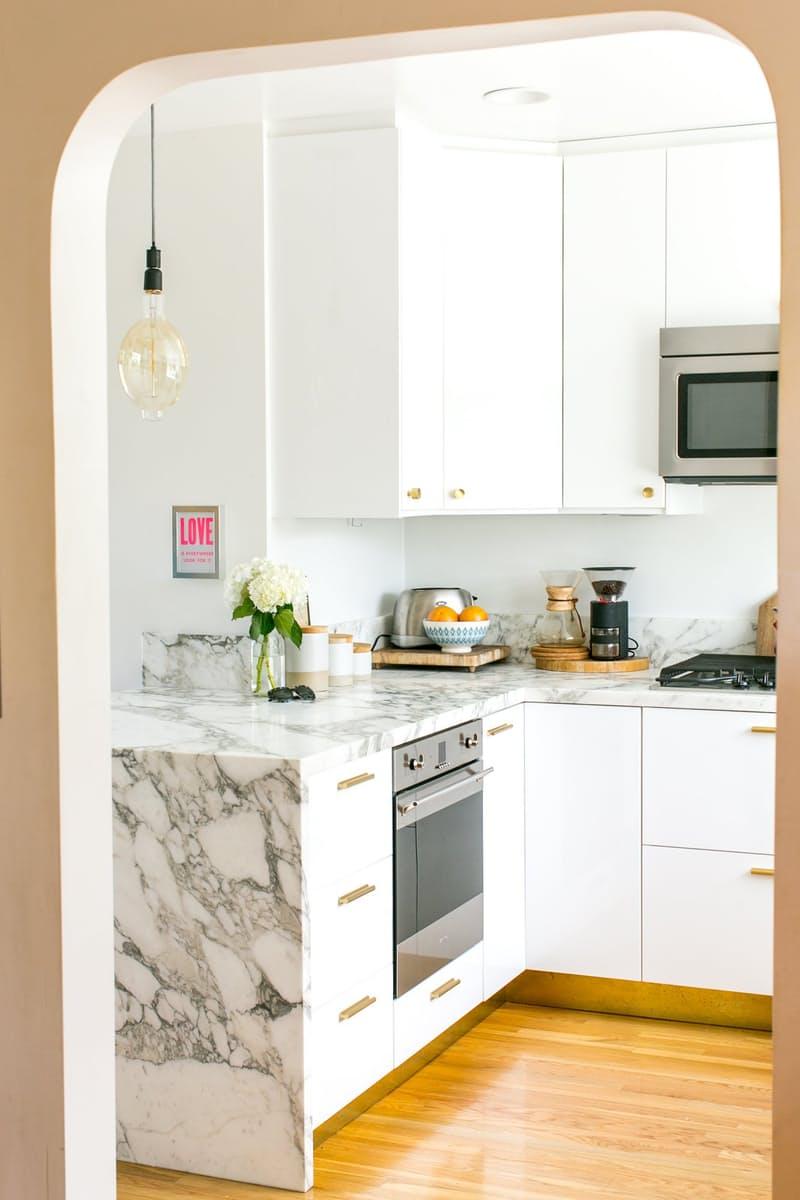 Идеи для оформления кухни: столешница-водопад в монохромной кухне