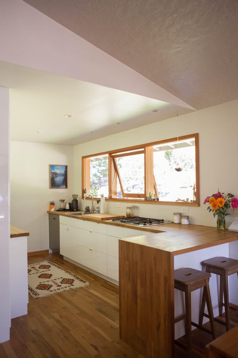 Идеи для оформления кухни: столешница-водопад с отделкой из тёмного дерева