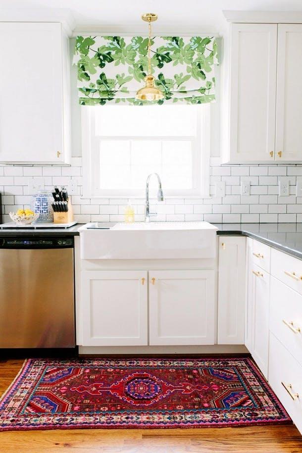 Римские шторы добавляют цвета и узоров этой чисто-белой кухне от My Domaine