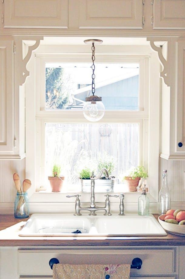 Вместо занавесок окно украшает пара рельефных деревянных кронштейнов
