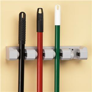 Настенная панель с фиксаторами для хранения инструментов для уборки помещений