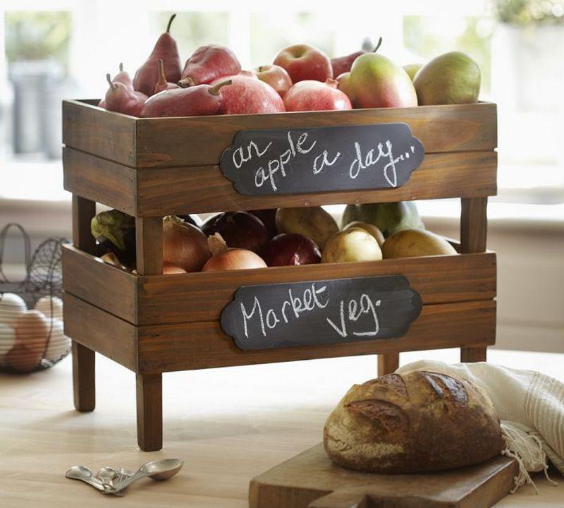 Ящики для хранения овощей и фруктов составленные в штабеля