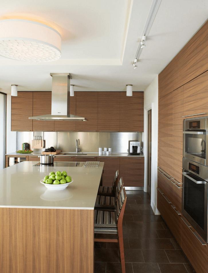 Идея освещения кухни с помощью декоративной люстры
